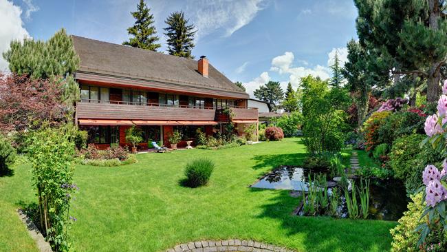 Product image. Das Einfamilien mit Garten  und Teich. Ansicht von Süd-West